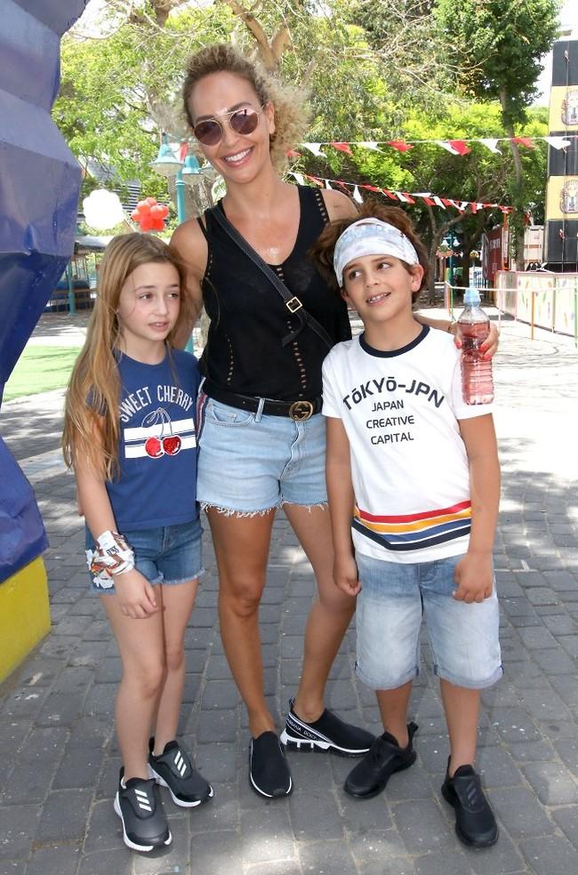 האמא הכי שווה ומגניבה. מירי בוהדנה והילדים (צילום: ענת מוסברג)