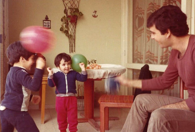 """עם אביה ואחיה הגדול. """"אבי היה מוזיקאי בנשמתו"""" (צילום: אלבום פרטי)"""