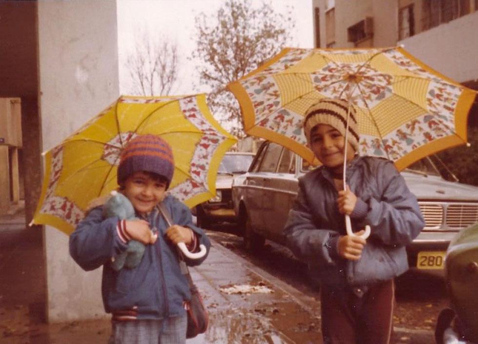 """תמונת ילדות עם אחיה הגדול. """"נשארנו בבית עם אמא ולמדנו לחיות עם המצב החדש""""  (צילום: אלבום פרטי)"""