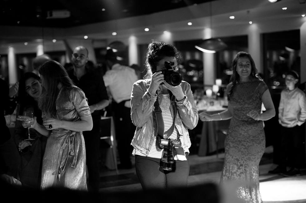 """מצלמת חתונה. """"המקום מאחורי עדשת המצלמה היה עבורי טבעי ומוכר, הד לילדה הביישנית שהייתי פעם"""" (צילום: יוסי גמזו לטובה)"""