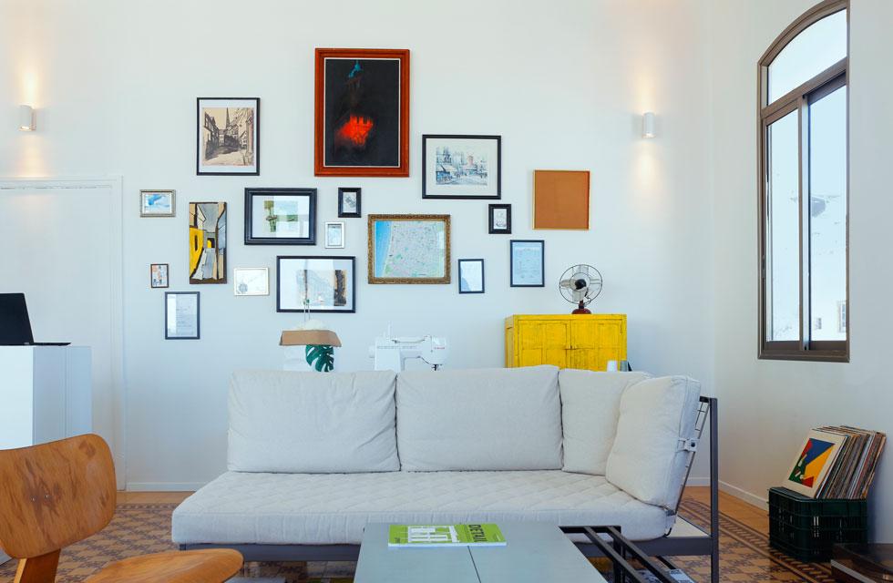"""את האמנות שתלויה על הקיר יצרו בעיקר בני הבית ובני משפחותיהם. """"לדברים בדירה יש קשר אישי. זה היה חשוב לנו""""  (צילום: נור עבדלגני)"""