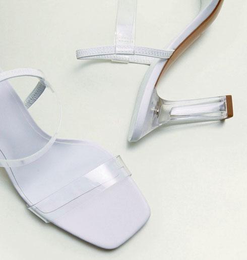 """לא מתכוונת להשקיע יותר מ""""מנגו"""" בנעליים שקופות מפלסטיק  (צילום: מנגו)"""