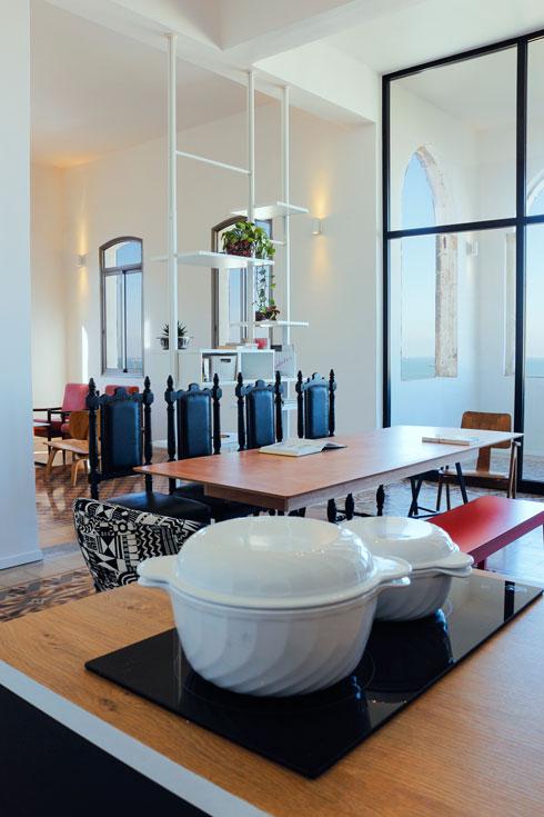 מבט מהמטבח אל פינת האוכל והמרפסת המחודשת (צילום: נור עבדלגני)