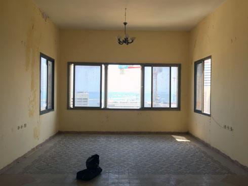 לפני השיפוץ. קמרונות החלונות נבלעו בקיר, והחלונות הפכו רבועים. רק העמודים חושפים משהו מהמקור (צילום: חן כרמי)