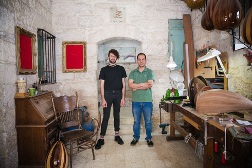 מעצב האופנה שאדי פרנסיס מג'לטון ועארף סייד, מומחה לייצור כלי מיתר מזרחיים, צוותו יחד בפרויקט ''השדכן'' (צילום: קרן רוזנברג)