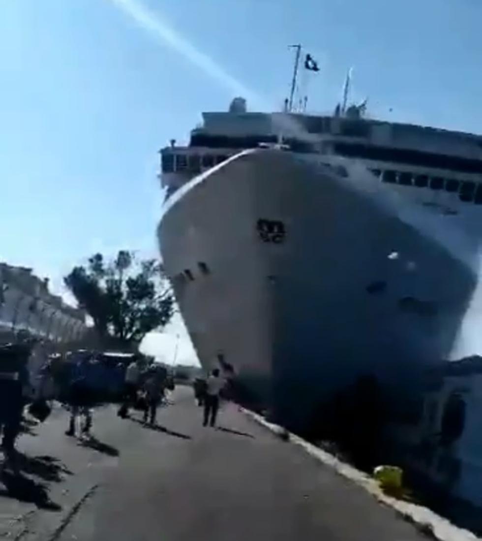 ספינה ספינת תיירים אניה אונייה פגעה ב רציף ונציה איטליה ()