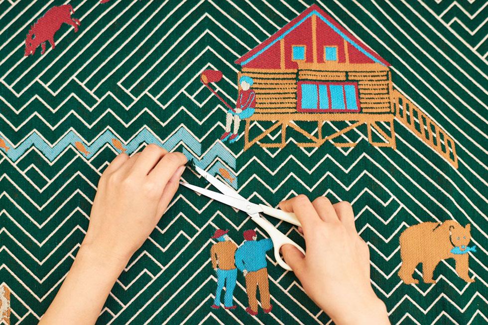 Yuri Himuro היא מעצבת יפנית, שאורגת שטיחים כך שמלוא יופים מתגלה רק לאחר ש''ניזוקו'' בעבודת מספריים (צילום: Masahiro Muramatsu)