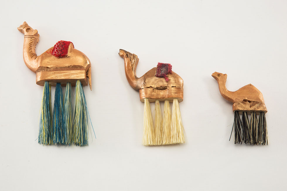 ת'ראא קריש היא אדריכלית ירושמית; אגודת העיוורים הערבים בעיר העתיקה מאפשרת להם פרנסה מייצור מטאטאים. יחד יצרו סדרה חדשה של פריטים המשלבים סיבי מטאטא ומזכרות מסמטאות העיר (צילום: עודד אנטמן)