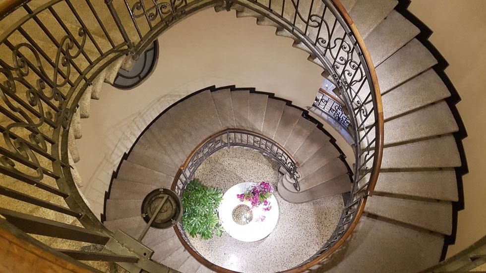 הדבר האמיתי: מדרגות ורצפת טראצו בארמון ישן במילאנו. תעשיית הטראצו נולדה בוונציה במאה ה-16, ומשם התפשטה לרחבי איטליה והלאה (צילום: ענת ציגלמן)
