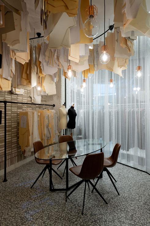 גרניט-פורצלן דמוי טראצו בחנות אופנה. עיצוב: סטודיו omy (צילום: גדעון לוין)