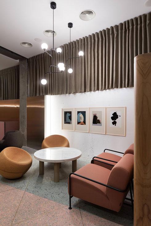 ובשני צבעים, במסעדה חדשה בקייב. עיצוב: Olha Havelock Wood (צילום: Andrey Avdeenko)