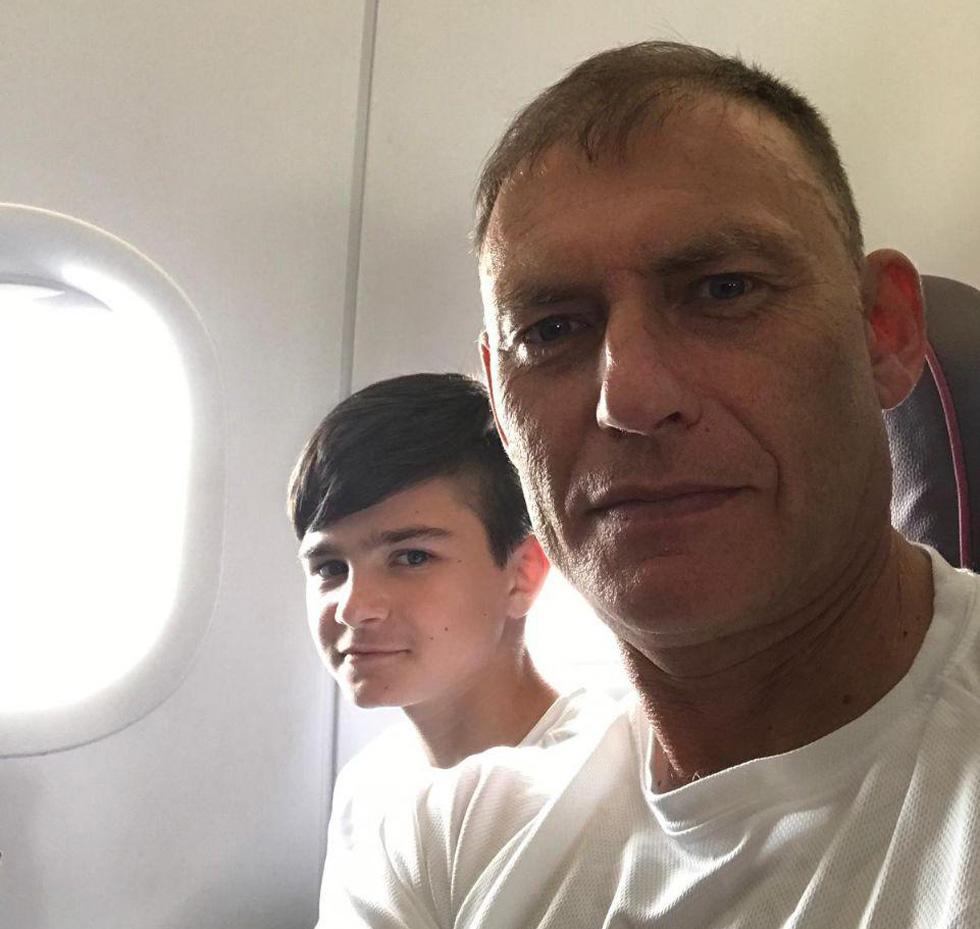 С тренером в самолете на пути с соревнований. Фото: семейный архив