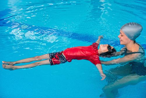 Умеющий плавать ребенок не впадает в воде в панику. Фото: shutterstock