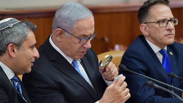 Премьер-министр рассматривает оттиск печати. Фото: Коби Гидеон / ЛААМ