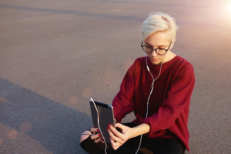 אישה מצלמת סלפי (צילום: Shutterstock)