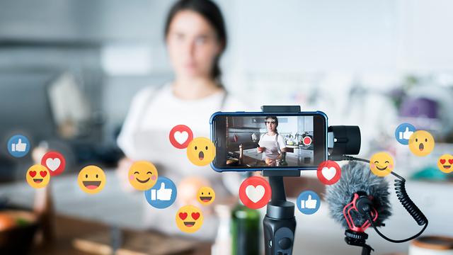 אישה משדרת בלייב בפייסבוק (צילום: Shutterstock)
