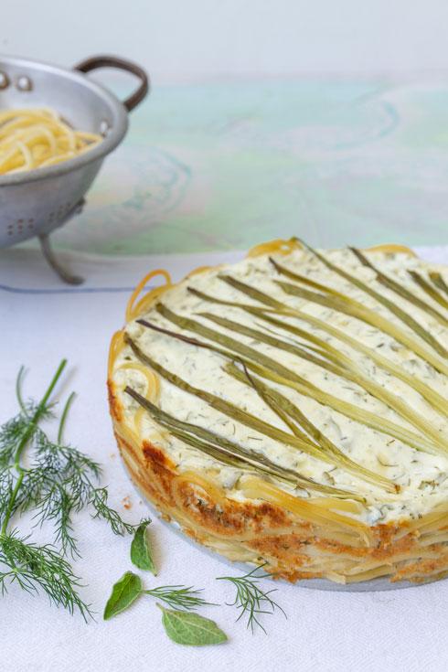 גבינות ועשבי תיבול על תחתית בוקטיני  (צילום: יעל אילן, סגנון: נעמה רן)