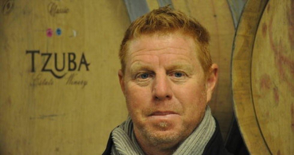 פול דאב על רקע חביות היין של היקב.  (צילום: נתן רועי)