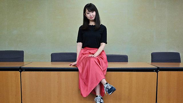 יפן יומי אישיקאווה נעלי עקב מחאה (צילום: AFP)