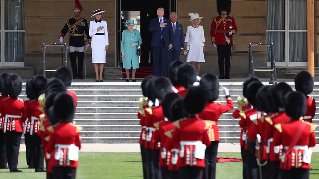 Queen Elizabeth II (second left) officially welcomes US President Donald Trump (C) and First Lady Melania Trump (L) (Photo: Reuters)