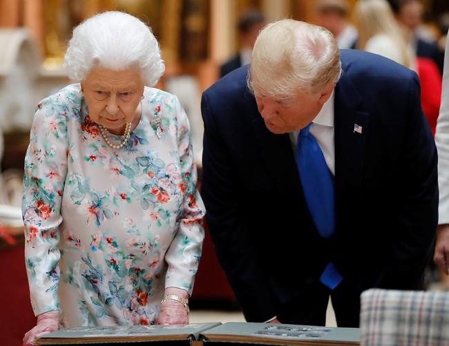 """""""זו אני בגיל 16"""". טראמפ והמלכה אליזבת (צילום: Gettyimages)"""