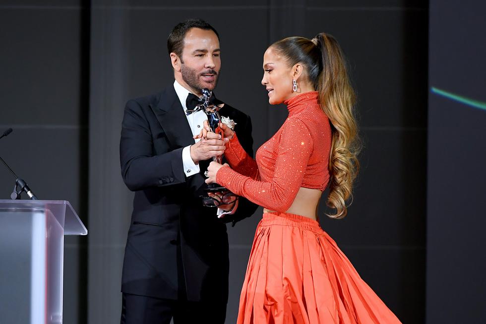 """""""כילד אתה מבין איך אנשים רואים אותך ומגיבים למה שאתה לובש, אבל במהלך הקריירה שלי למדתי שזה הרבה יותר עמוק מזה. בקולנוע, בקליפ, על השטיח האדום או על במה מול 20 אלף איש – אופנה מייצרת רגעים חזקים שמעניקים השראה לך ולסובבים אותך"""". ג'ניפר לופז זוכה בפרס אייקון האופנה (צילום: Nicholas Hunt/GettyimagesIL)"""