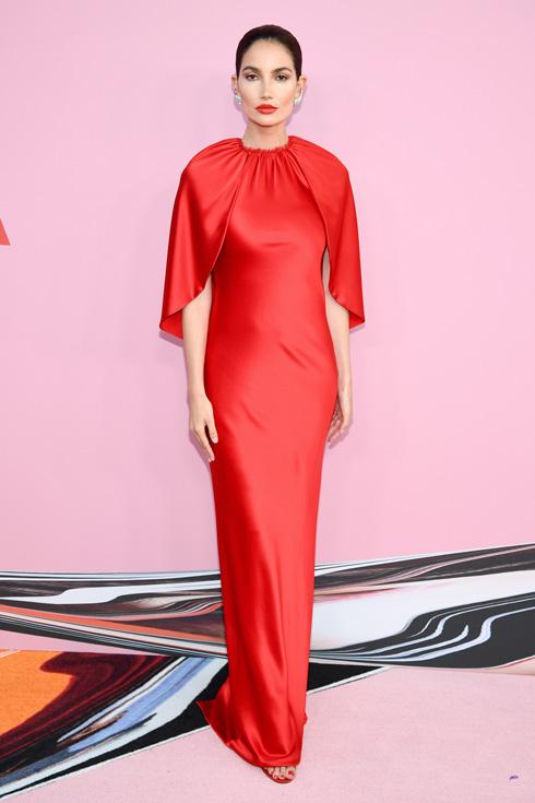 הדוגמנית לילי אלדרידג' במראה היפה ביותר של הערב, לבושה שמלה אדומה של המעצב הזוכה ברנדון מקסוול (צילום: Dimitrios Kambouris/GettyimagesIL)