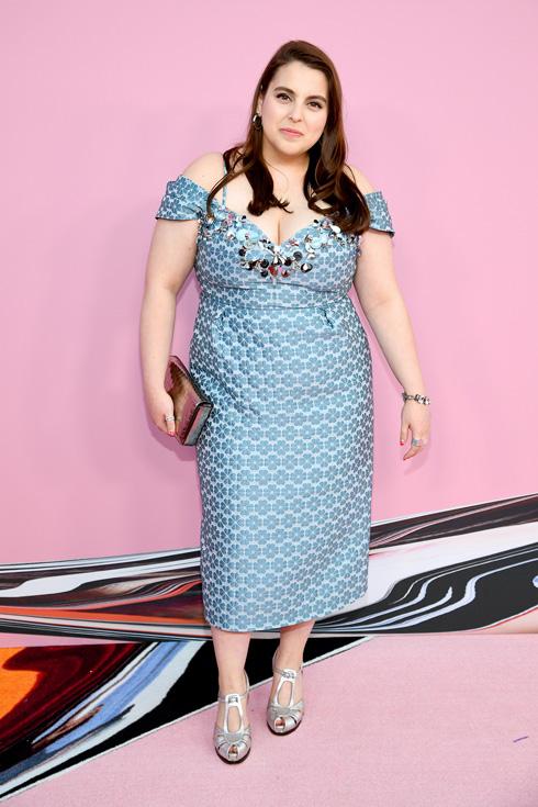 השחקנית ביני פלדשטיין בשמלה חושפת כתפיים בסגנון רטרו של קייט ספייד  (צילום: Dimitrios Kambouris/GettyimagesIL)