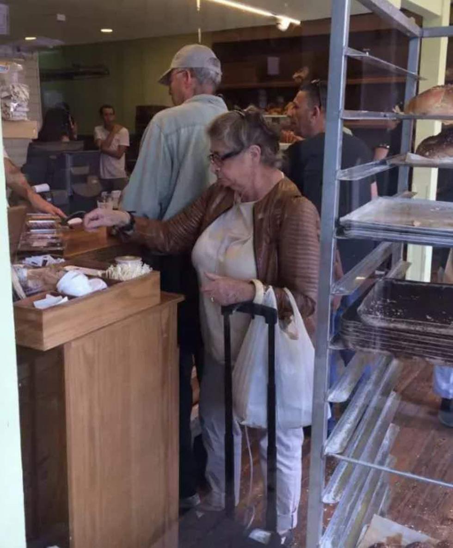 "Нехама Ривлин покупает выпечку на рынке ""Махане-Йегуда"". Фото: Янив Розенберг"