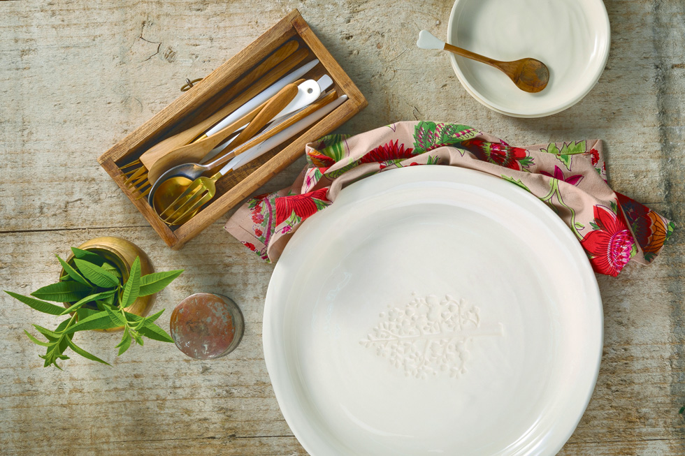 כבר 20 שנה שהיא דבקה בסגנון שכל כך מזוהה איתה - כלים דקים בפלטה צבעונית לבנה וטבעית, המתבססים על קווים נקיים ומינימליסטיים (צילום: תומר בורמד)