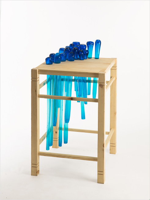שולחן צד שבו משולבים אגרטלים מצינורות זכוכית (צילום: עודד אנטמן)