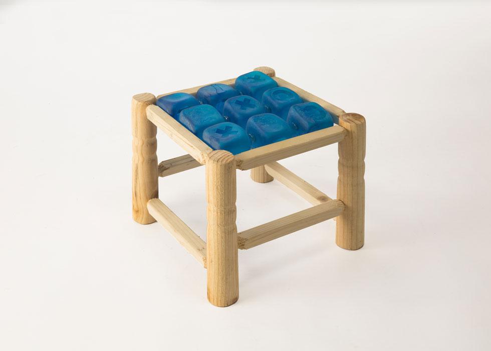 שרפרף קצר-רגליים שבתוכו משחק איקס-עיגול, ש''מכניס את העניין של בית קפה ומשחק בישיבה בצוותא. פשוט מניחים אותו על השולחן'' (צילום: עודד אנטמן)