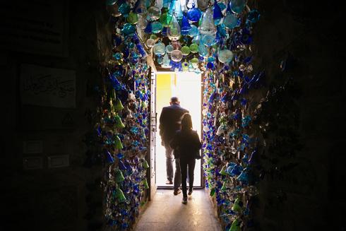 בתוך מפעל הזכוכית של יעקוב נתשה (צילום: קרן רוזנברג)