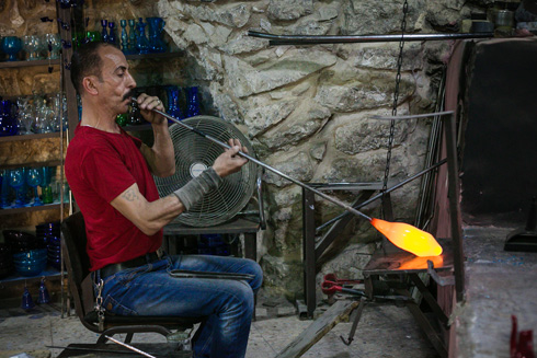 נתשה בתהליך הניפוח של כלי הזכוכית המסורתיים, המיוצרים מבקבוקים ממוחזרים (צילום: קרן רוזנברג)