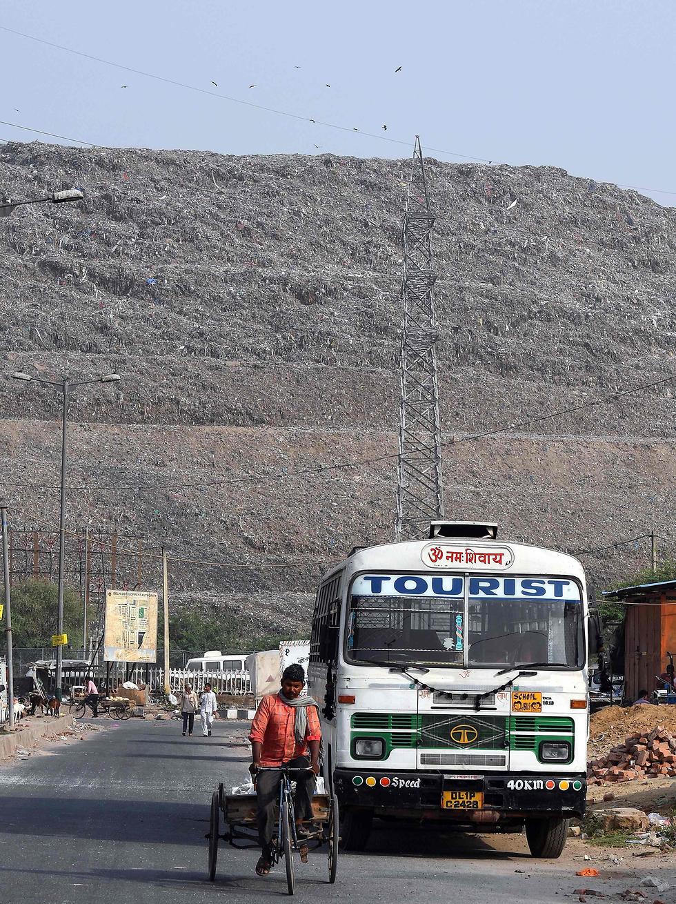 מזבלה הר ה זבל ניו דלהי הודו (צילום: AFP)