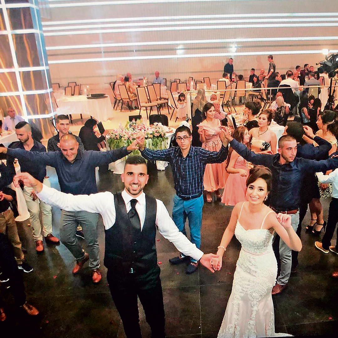 """מואנס ופאתן בחגיגות האירוסים. החתונה תימשך 10 ימים עם יותר מ־3,000 מוזמנים. """"אצלנו, כל אחד יכול לבוא. ולכל מי שמגיע חייבים לתת אוכל, כדי שירגיש כאורח"""""""
