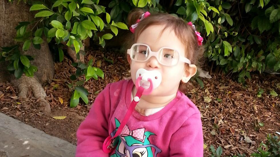 מיכלי קלטי, לקויית ראיה, בת שנה וחצי  ()