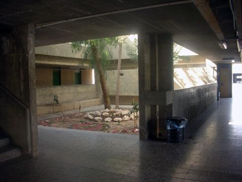 בתוך בה''ד 1. ''בניינים שסוגרים על החוץ ויוצרים מראה מוגן'' (צילום: Irit Ron©)