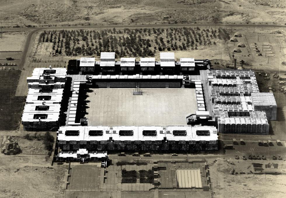 """בית הספר לקצינים של צה""""ל, בה""""ד 1, במצפה רמון, בתכנונו של האדריכל צבי הקר (1968). קבוצת מבנים שהם עיר קטנה. """"בה""""ד 1"""", אומר הקר, """"הוא אואזיס במדבר. כמו בתי הלינה שבנו הנבטים לשיירות הגמלים בדרך המשי""""   (Zvi Hecker Architect©)"""