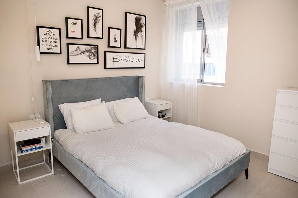 """""""הבטחתי לעצמי שהדירה הזו לא תהפוך לדירת דוגמניות, אבל זה כבר קורה"""". חדר השינה של גור (צילום: ענבל מרמרי)"""