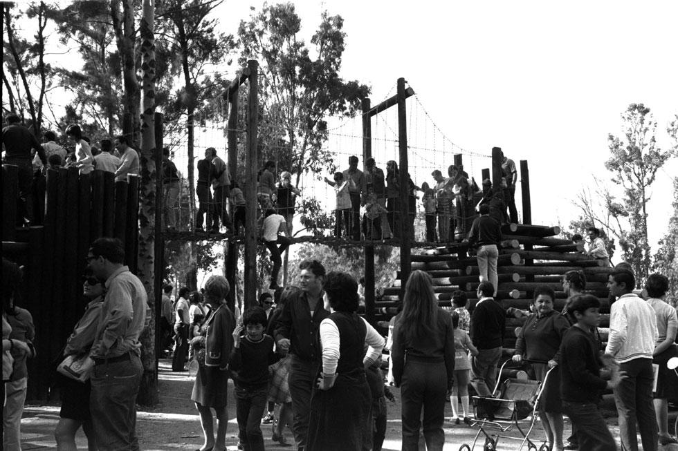 """גני ההרפתקאות של האדריכל גדעון שריג נולדו ב-1966, בברקלי שבקליפורניה, שם למד אדריכלות נוף והשתתף בפרויקט שיקום שכונות. הוא השתמש בעמודי עץ ישנים של טלפון וחשמל, ואת הידע שפיתח הביא מאוחר יותר לגן ההרפתקאות הראשון בארץ, בפארק הירקון (בצילום), שעליו זכה ב""""פרס רוקח""""  (צילום: פריץ כהן, לע""""מ)"""