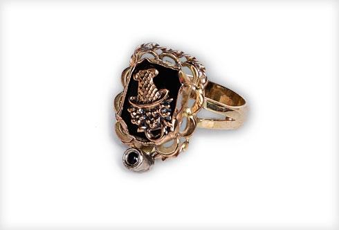 """""""טבעת שהיתה שייכת לסבתא רבתא חנינה, ולפי מה שמספרים יש לנו אופי זהה: אישה חזקה שלא רואה ממטר, אבל גם מאוד מצחיקה ואופטימית. קיבלתי אותה לפני שנתיים כשסבא שלי נפטר"""" (צילום: ענבל מרמרי)"""