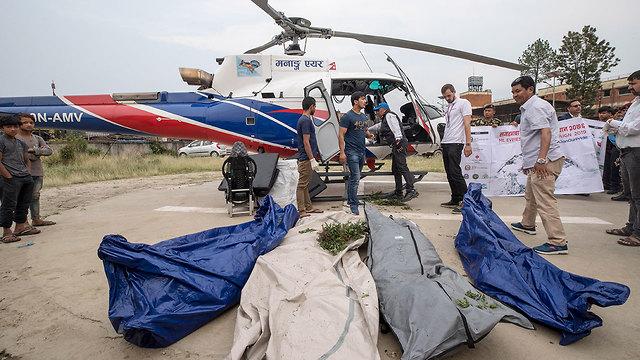 גופות שנמצאו במבצע ניקיון הר אוורסט נפאל (צילום: EPA)