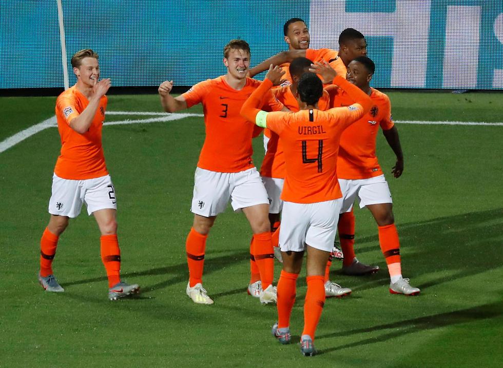 נבחרת הולנד חוגגת אחרי שער השוויון של דה ליכט (צילום: רויטרס)