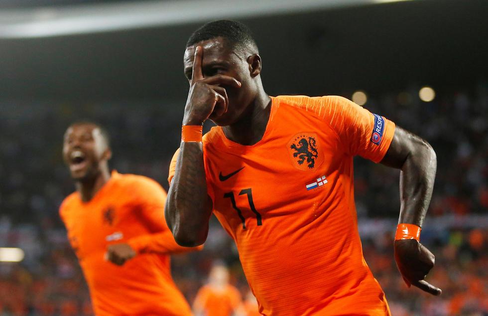 קווינסי פרומס חוגג אחרי ה-1:2 של הולנד (צילום: רויטרס)