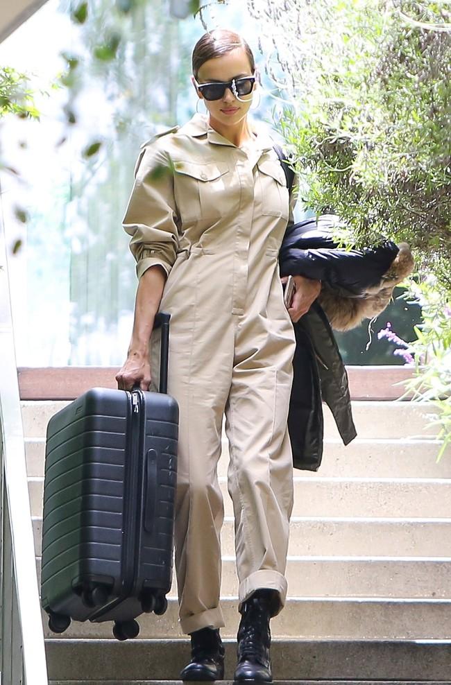אירינה שייק בדרך לשדה התעופה (צילום: Mega)