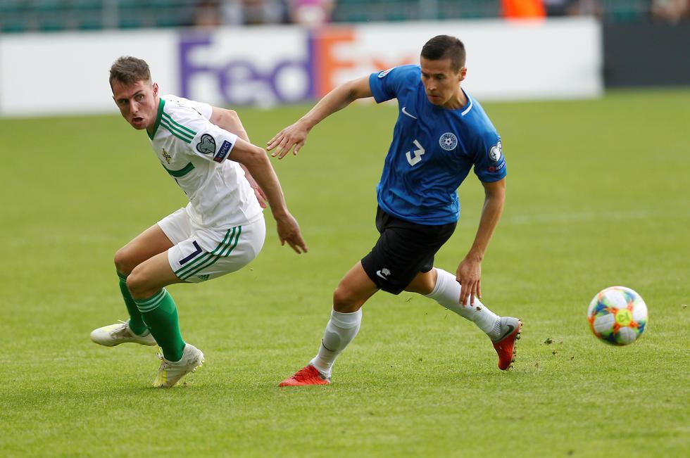 ארתור פיק נבחרת אסטוניה גאווין ווייט נבחרת צפון אירלנד (צילום: EPA)