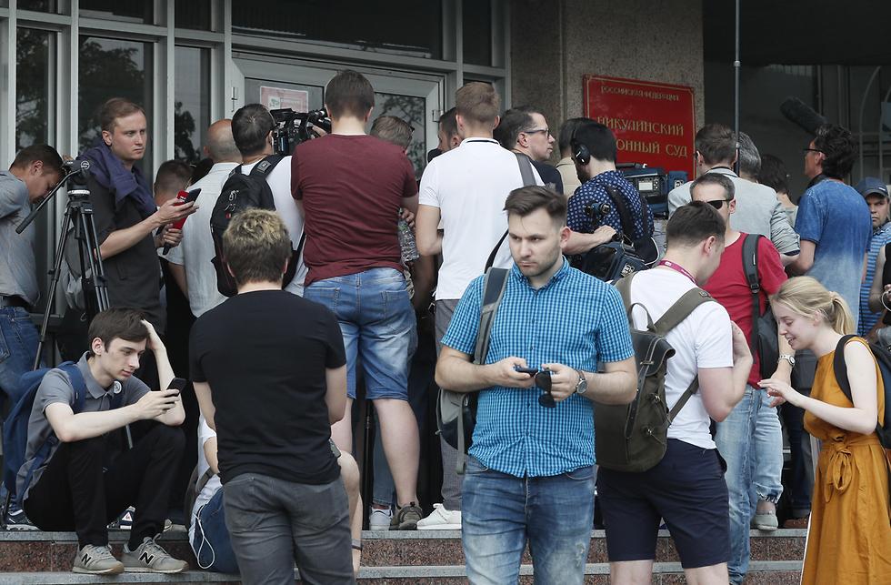 הפגנת עיתונאים ברוסיה נגד המשטרה והממשלה אשר פעלה באלימות נגד עיתונאי איוון גולונוב שנתפס על סמים לכאורה (צילום: EPA)