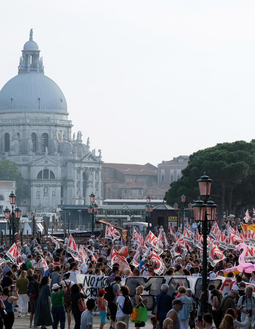 אלפים מפגינים בוונציה נגד שייט ספינות שהורסות את הלגונות באזור (צילום: רויטרס)