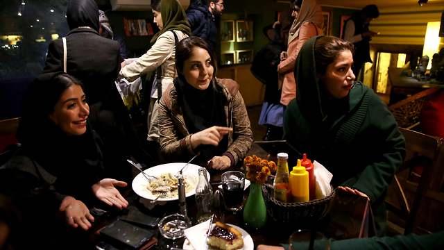 נשים במסעדה באיראן (צילום: AP)